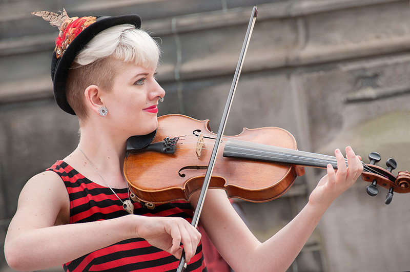 Fiddle player Faith Grossnicklaus busking on Royal Mile, Edinburgh Fringe Festival