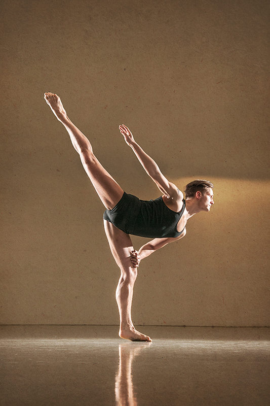 Male dancer Tom Wohlfahrt, profile picture of whole body.
