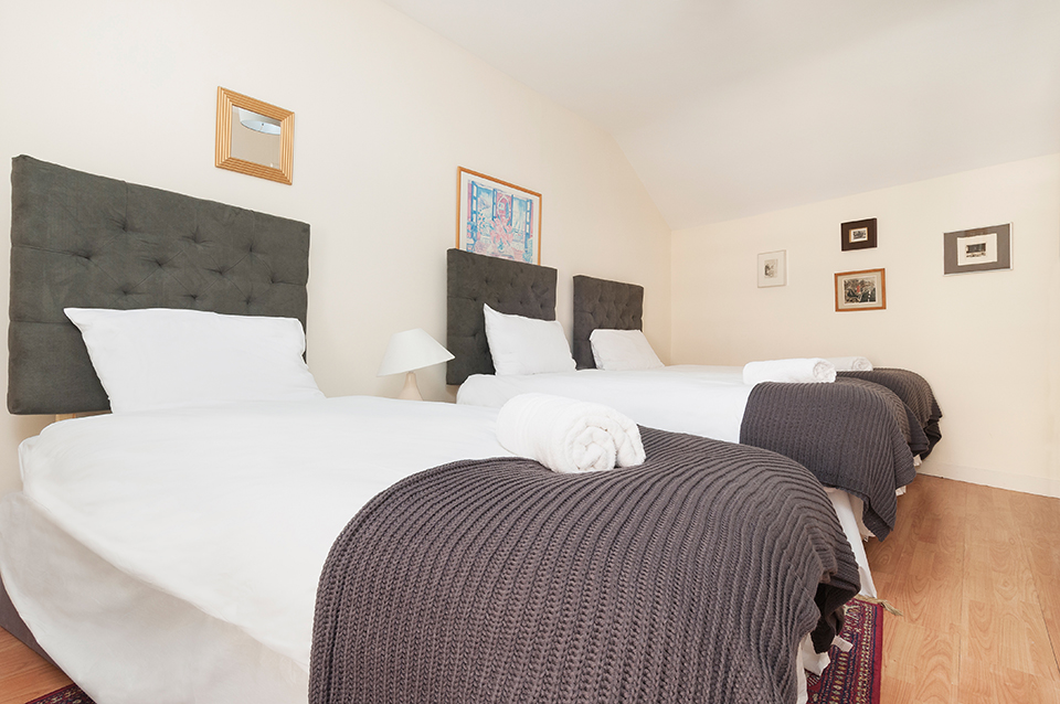Bedroom with three single beds, holiday let, Edinburgh