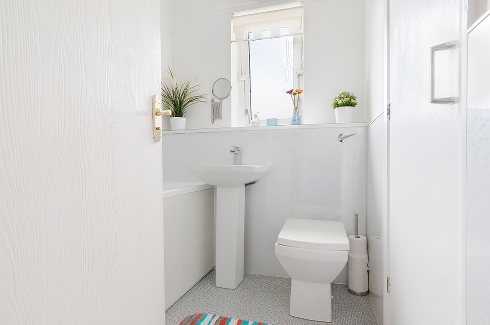Interior shot of a bathroom on Plowarth Terrace, Edinburgh